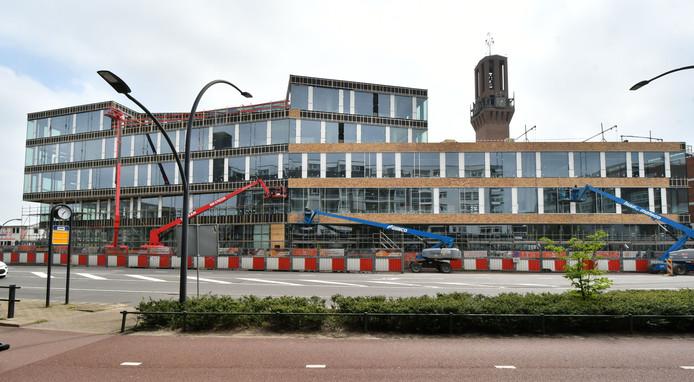 Het nieuwe stadskantoor aan de Deldenerstraat, hemelsbreed 500 meter van de Bankastraat. Bewoners overwegen een blauwe zone aan te vragen.
