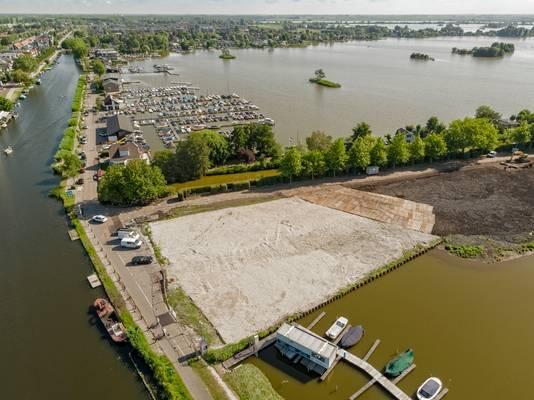 Bovenin de Notaris d'Aumerielaan, met de roei- en zeilclub Gouda. Het bouwterrein van Loetje, ligt op de hoek van de Burgemeester Lucasselaan/Ree en aan plas Elfhoeven. De Reeuwijkse Brug (linksboven) over kanaal de Breevaart is vrijwel de enige manier om met de auto de Notaris d'Aumerielaan te bereiken.