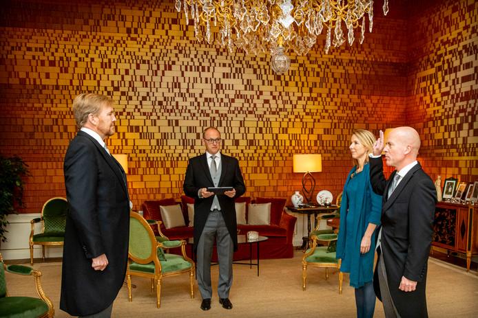 Koning Willem-Alexander beëdigt vrijdagmiddag twee nieuwe ministers. Raymond Knops en Stientje van Veldhoven komen langs op paleis Huis ten Bosch.