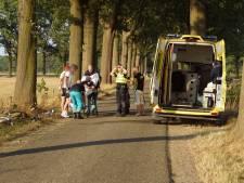 Wielrenner geraakt door aanhanger van passerende auto en valt