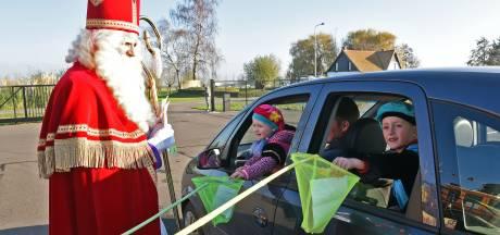 Zwaaien naar Sinterklaas vanuit de auto met drive-through