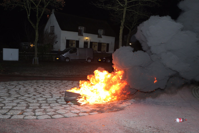 Autobanden branden in Waardenburg.