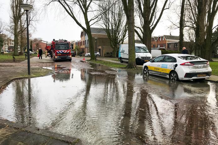 De gesprongen waterleiding zorgt voor een waterballet in de Zeemanstraat.