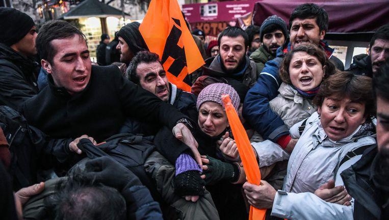 Turkse burgers raakten in Istanbul slaags met de politie, toen ze de straat opgingen uit protest tegen de moord in Syrië op twee Turkse militairen. Beeld AFP