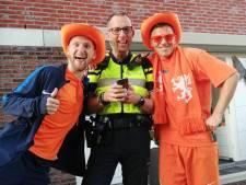 Buren balen van Oranje-herrie in Zutphen: politie kijkt en gaat vrolijk met voetbalfans op de foto