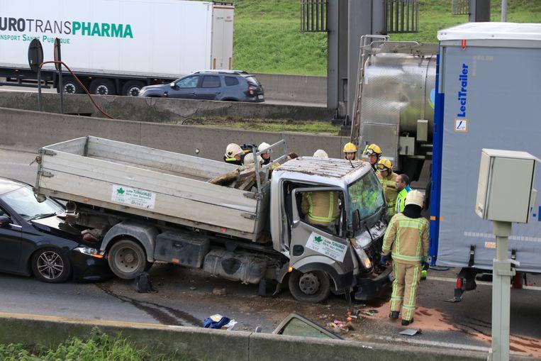 De brandweer moest de geknelde chauffeur bevrijden.