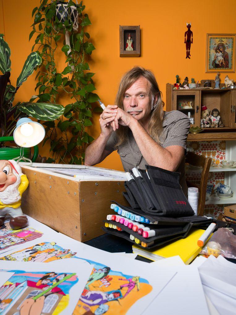 Illustrator en striptekenaar Typex. Hij maakte de grote tekeningen voor de quiz. Beeld Ivo van der Bent