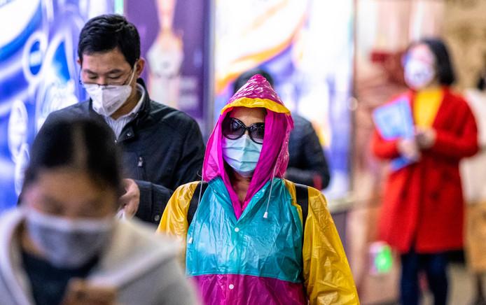 Chinezen beschermen zich met mondkapjes tegen het coronavirus.