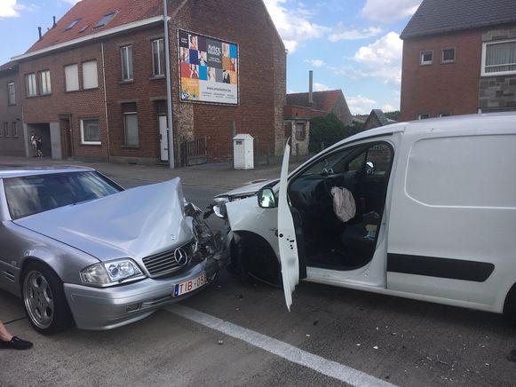 De Mercedes SL raakte zwaar beschadigd.