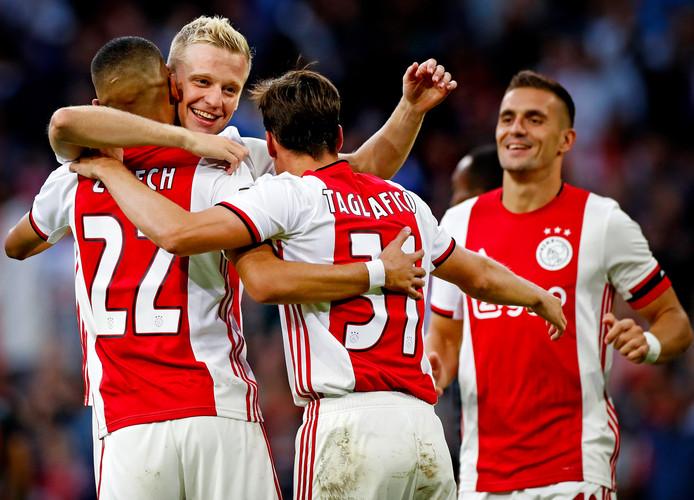 Hakim Ziyech, Donny van de Beek, Nicolás Tagliafico en Dusan Tadic vieren een goal bij de 5-0 zege op FC Emmen, begin dit seizoen.