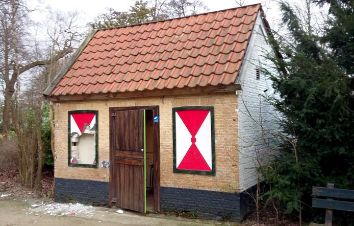 vernielingen aan het sprookjeshuis in openlucht theater vrouwenhof in roosendaal foto alfred de bruin