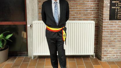 Chris Vervliet omgordt met veel enthousiasme zijn eerste burgemeesterssjerp