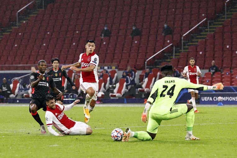 Georginio Wijnaldum voor het doel van Ajaxkeeper Andre Onana. Beeld ANP