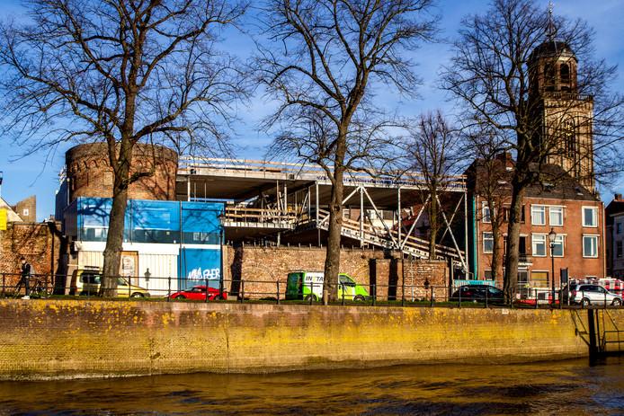 """Aannemer Hegeman wil niet vooruitlopen op een mogelijke definitieve bouwstop. ,,Wij zijn ingehuurd om een mooi filmtheater te bouwen."""""""