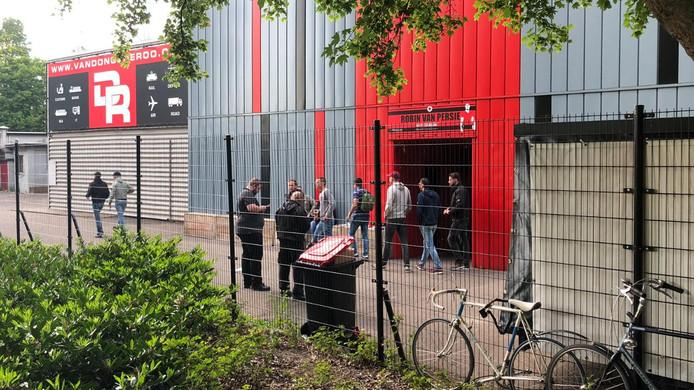 Supporters van voetbalclub Excelsior druipen teleurgesteld af nu blijkt dat hun club is gedegradeerd naar de eerste divisie.