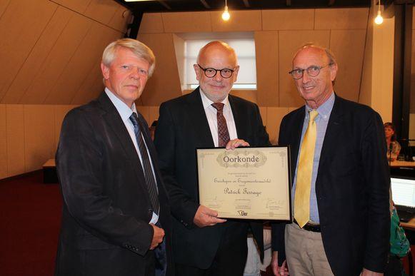 Patrick Tersago ontving een oorkonde uit handen van gemeenteraadsvoorzitter Lucien Herijgers en burgemeester Frank Boogaerts.