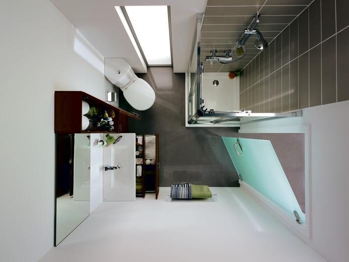 Privilégiez les couleurs claires : les murs blancs rendent cette salle de bains plus grande.