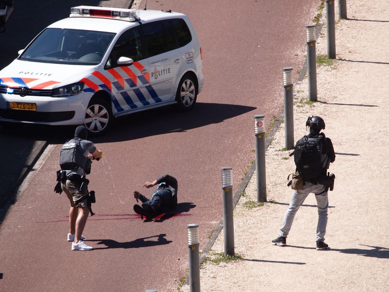 De politie arresteert Malek F., die verdacht wordt van het neersteken van drie mensen in Den Haag op Bevrijdingsdag. Beeld ANP
