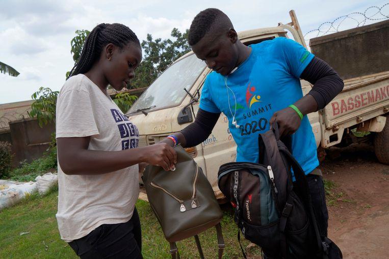 Vrijwilliger Joseph Kakande levert hiv-remmers af bij een jonge vrouw die seropositief is, zoals 6 procent van de volwassen Oegandezen.  Beeld Michele Sibiloni
