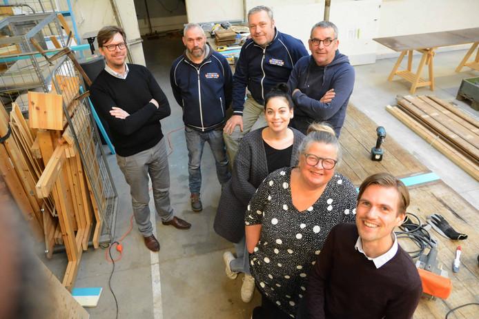 Gijsbert Jansen  (l) en Bas Slager (r) flankeren Ruud van Dijk, Teun Rook, Guus Rammelt, Nicoline Lans en Mieke Bleij van de Kringloop.