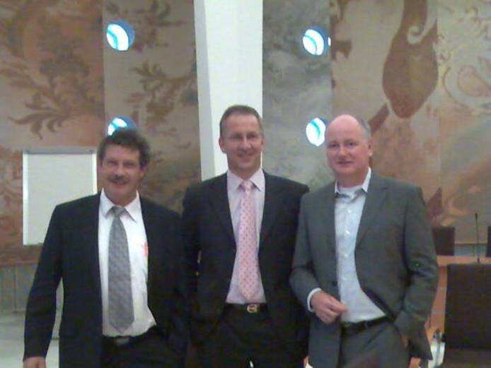 Van links naar rechts: partijvoorzitter René van Donzel van Gewoon Uden, collega Robert van den Berg van Leefbaar Uden en Peter van den Heuvel van de Udense VVD. Gisteren maakten zij hun verregaande samenwerking bekend. foto Tom Vos