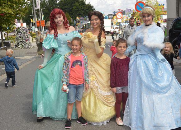 Disney-prinsessen Ariel, Belle en Assepoester gaan graag op de foto met de kinderen.