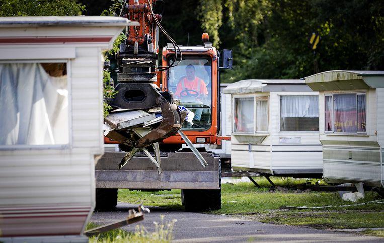 Medewerkers van de gemeente Zundert ontruimen een deel van camping Fort Oranje. Veld F, waar met name arbeidsmigranten wonen, wordt leeggemaakt.  Beeld ANP