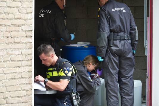 De politie onderzoekt de vaten.