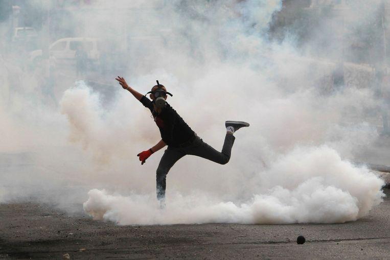 Een Palestijnse demonstrant in gevecht met Israëlische veiligheidstroepen in Bethlehem afgelopen maandag. Beeld afp
