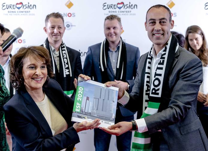 Wethouder Said Kasmi presenteert namens de gemeente Rotterdam aan NPO-bestuursvoorzitter Shula Rijxman een bidbook op basis waarvan de stad het Eurovisie Songfestival van volgend jaar hoopt binnen te halen.