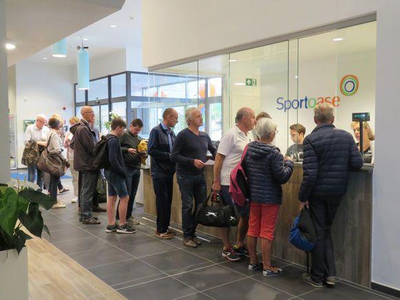 Op de eerste dag dat er vorig jaar gezwommen kon worden in Sportoase Schiervelde was het direct aanschuiven aan de kassa.