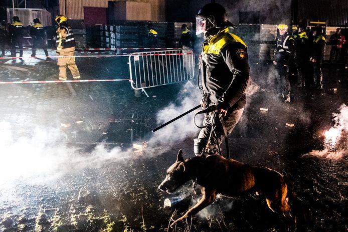 Regelmatig oefenen politieagenten en brandweerlieden op incidenten met vuur en vuurwerk zoals in Alphen aan de Rijn (archieffoto); die kennis kan van pas komen als de vrees voor onrust in de nieuwjaarsnacht  bewaarheid wordt.