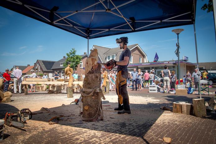 Beeldhouwen met de kettingzaag op de jaarmarkt in Overasselt.