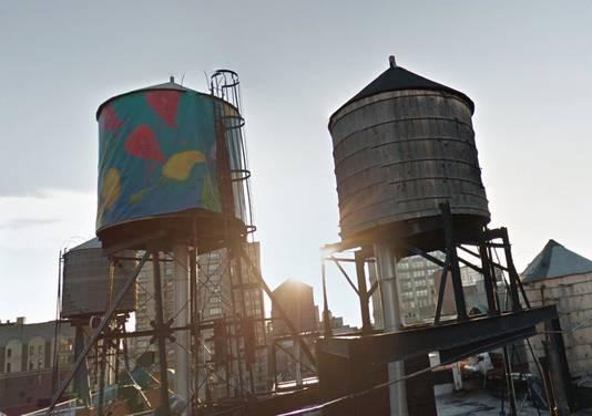 Aangeklede watertanks op daken in New York.