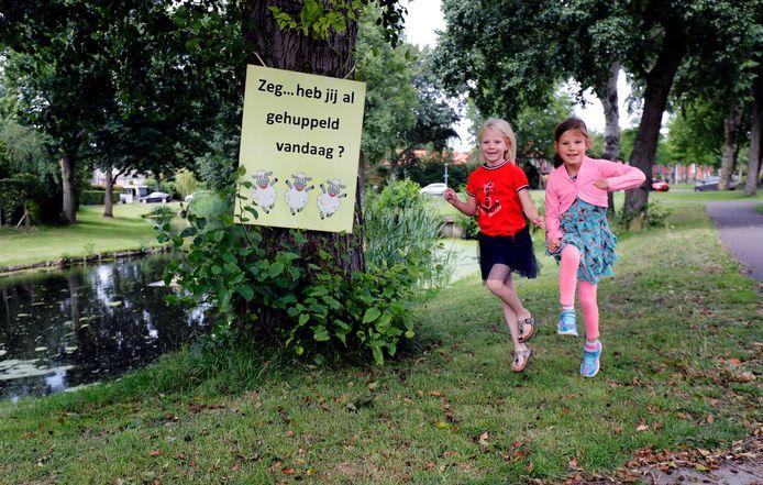 Naomi  en Femke (beiden 6 jaar) doen wat er op het bord staat en beginnen te huppelen.