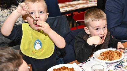 850 mensen eten spaghetti voor baby Victor, die zelf niet kon aanwezig zijn
