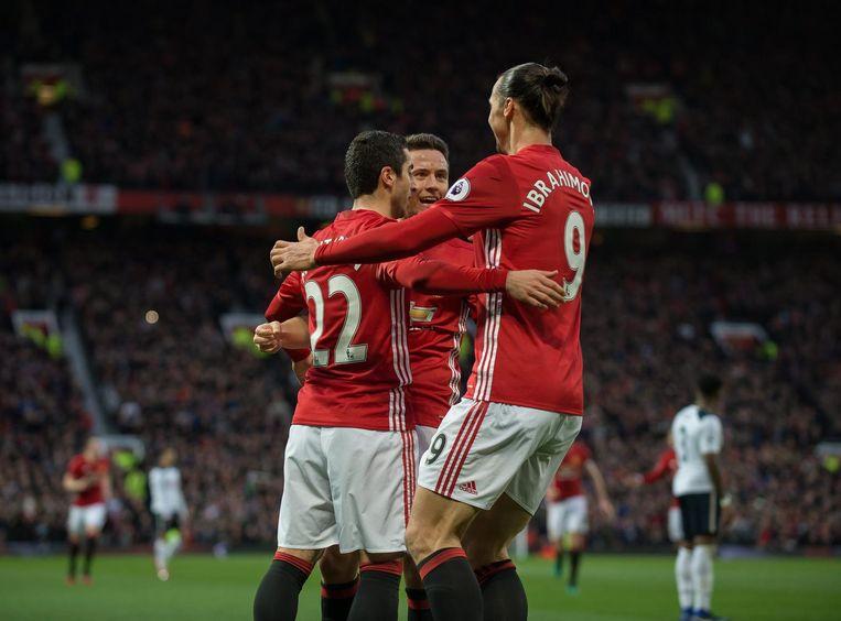 Henrikh Mkhitaryan krijgt de felicitaties van Zlatan Ibrahimovic en Ander Herrera. Beeld EPA