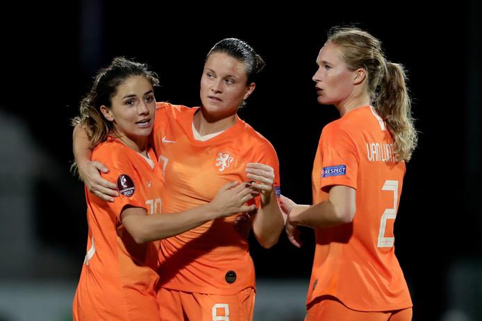Sherida Spitse wordt gefeliciteerd met haar prachtige vrije trap door Daniëlle van de Donk (links) en Desiree van Lunteren.