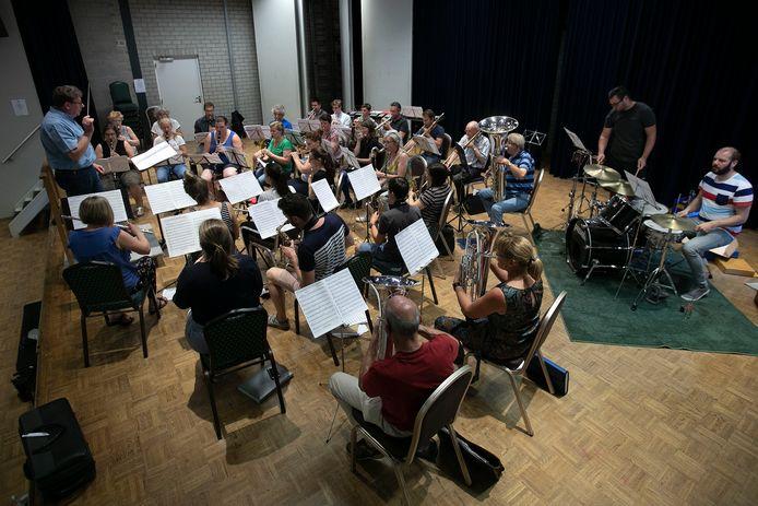Repetitie in 2018 voor het Terrasconcert van Harmonie Juliana uit Waalre.