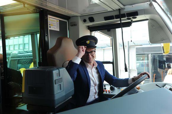 Minister Ben Weyts nam even plaats op de bestuurdersstoel van de trambus.