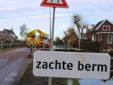 Vrachtwagen uren vast in berm in Reeuwijk