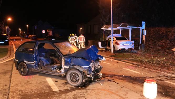 Zwaargewonde bij frontale botsing op kruispunt net voor ingaan nachtklok, beide bestuurders onder invloed