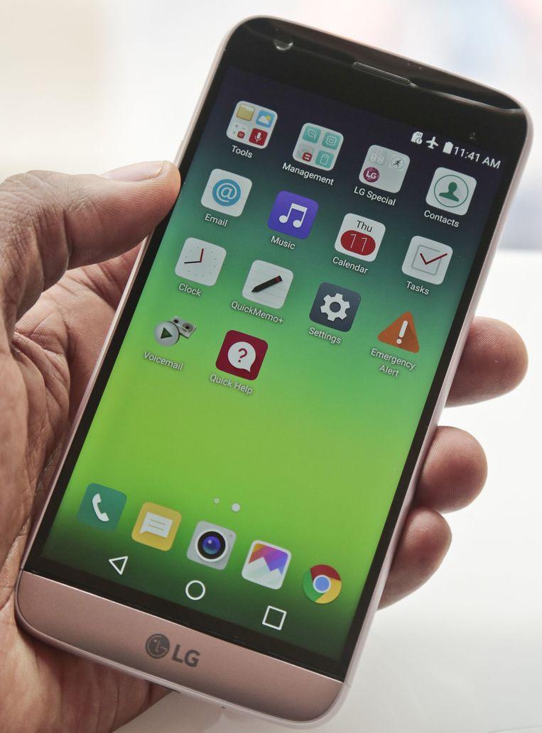 De nieuwe LG G5: ietsje kleiner en uit te breiden met extra componenten zoals een handgreep met fysieke knoppen voor foto's en video én extra accu. Beeld ap