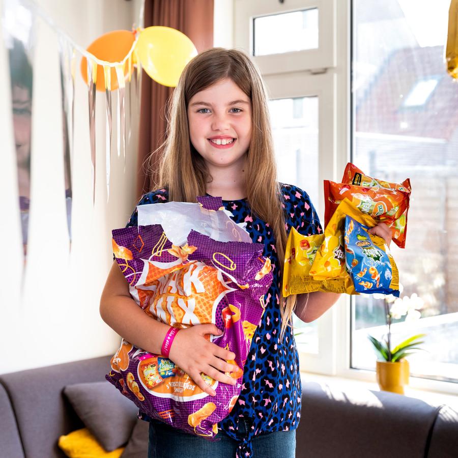 Amy Paalvast is 10 geworden en trakteerde op school zakjes chips.