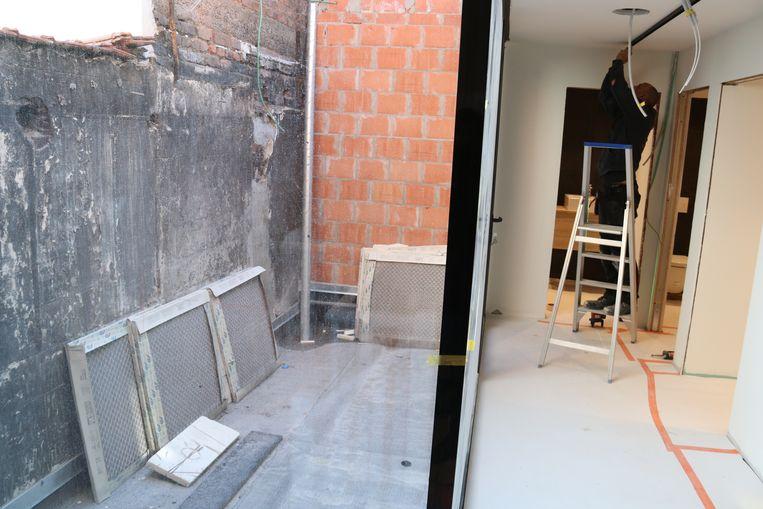 De muur links op het rookterras op de eerste verdieping is nog het enige zichtbare nog van de zware brand.