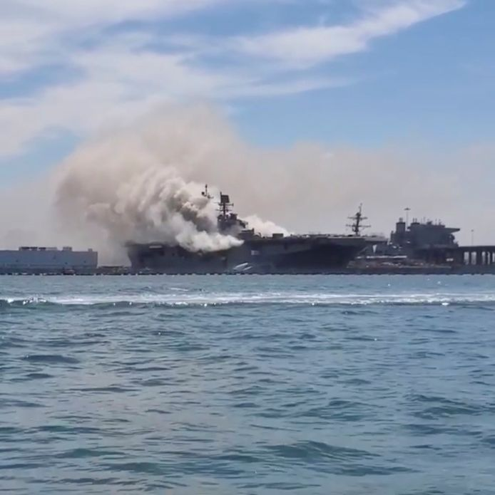 Er woedt een grote brand op een Amerikaans marineschip in de haven van San Diego.