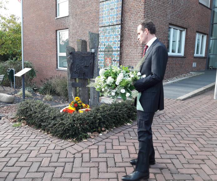 Burgemeester legt krans bij monument Kranenburg.
