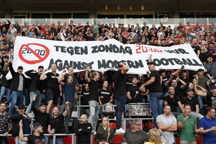 Fans van PSV maken hun onvrede kenbaar over voetballen op zondagavond.