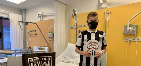 Heracles Almelo brengt mondkapjes naar jonge fan op kinderafdeling ZGT