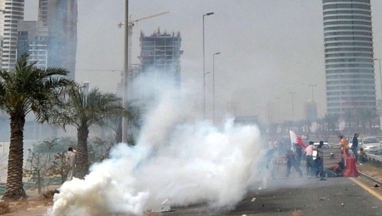 In Bahrein gebruikt de oproerpolitie traangas tegen de antiregeringsbetogers. Beeld epa